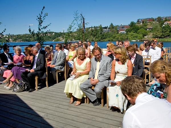 Alla gäster samlade på ångbåtsbryggan