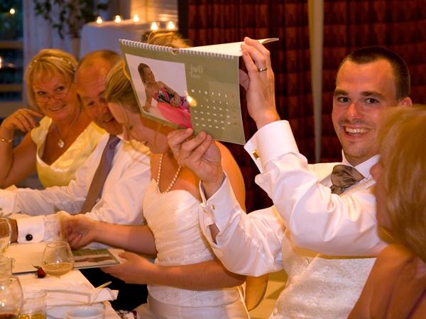 Mattias visar upp kalender från möhippan