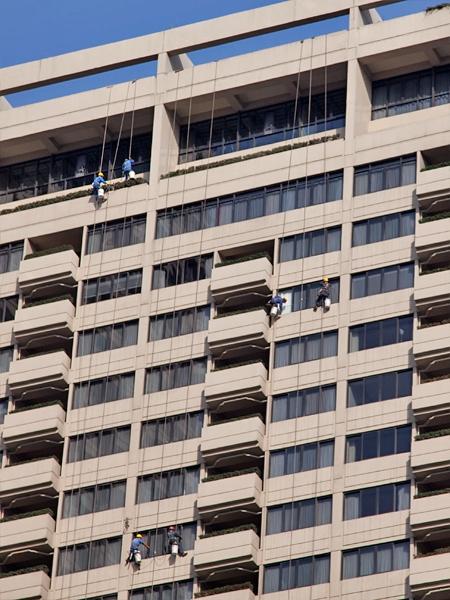 Skratta mot döden från 87 våningen