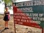Ifall Malin kunnat engelska hade hon troligen inte fjantat runt med en plastpåse här. Hon kan visserligen engelska men det är ju många juridiska termer inblandade på denna skylt.