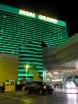 MGM är världens näst största hotell med 17 000 m² stort casinogolv och 6852 rum att bo i. Färgen på fasaden är smaragdgrön och kan med ganska vild fantasi symbolisera pengar.   Jag tycker att det är ett hyfsat bra hotell! Men det är så extremt stort så det tar en stund (15 min) att ta sig från rummet ner till strippen eller poolområdet. Om man är glömsk av sig och ofta behöver springa upp och hämta sin promenadkäpp är MGM alltså inget bra val.
