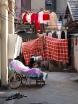 Kineser i största allmänhet kan konsten att utnyttja små ytor till bristningsgränsen. Här är ett praktfullt boende med klädlinor, dubbelsäng, parkering och skosamling i ett.  Ovanstående bygger jag på fördomar.
