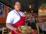 Slukar man en hel sån här portion näringsrik mexikansk junk food per dag, kan man likt servitrisen bli välsignad med tre dubbelhakor.