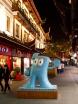 I varenda vrå i denna magnifika stad kan man se en blå filur stå och se uppjagad ut.   Jag tycker den liknar en symbol för en tandläkarmottagning men jag kunde inte ha mer fel. Det är ju förstås maskoten för Shanghai Expo, världsutställningen.  Och trots att den liknar en blå tand som vinkar åt barn, är det faktiskt den kinesiska symbolen för människa. Tänka sig.