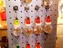 Gulliga livs levande guldfiskar i varsin plastskål.  Passar utmärkt till dig som både vill ha husdjur men fasar över när ni ska skiljas åt. Plocka med dig nyckelknippan och ta med till jobbet eller skolbalen. Fisken är alltid vid din sida!  Erbjudandet gäller enbart så länge syret i plastbubblan räcker.