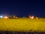Varje kväll tänds hundratals lägereldar längs med stränderna. Alla hungriga kan ta med sig kött och marshmallows och sitta under den stjärnklara himmeln. På bilden kan ni beskåda antingen ett stjärnfall eller en brinnande satellit.