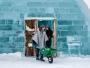 De mest exklusiva gästerna blir hämtade från snödrivorna med en grön skottkärra