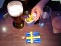 Fyra timmars väntetid på Heathrow kan spenderas med att konstruera en flagga av tillbehör i valfri bar. Prova själv!