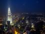 Skyskraporna Petronas Twin Towers lyser upp stan likt två lasersvärd (som är tvillingar).