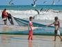 Oman-folket är lustiga och fiskar med nät direkt från stranden. Kampen mellan människa och fiskmås går vidare..