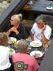 ...alias Stig Hellmer, gör ett besök på Hamnkrogen. Med sig hade han några personer som sällskap. En liten sällskapsresa kan man säga.