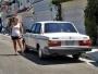 Att hitta en Volvo parkerad på Newports gator får Malins fördomar att spinna loss totalt. Bilden av en amerikan är tydligen att de är feta, kör en 240 och bor på trailer park. Ett av tre rätt här bara!