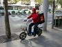 Har man brådis på sin moppe, motorcykel eller cementblandare i Shanghai kan man med gott samvete åka på trottoaren.  Det jag är mest bekymrad över är grytvantarna och plastpåsarna han har på händerna.
