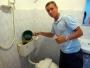 I badrummet på vårt halvstjärniga hotellrum beter sig toaletten på ett märligt sätt och gurglar stup i kvarten. Jag som ändå är utbildad inom media tog saken i egna händer och gjorde en provisorisk fackmannamässig lagning.