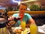 Det har varit rätt mycket snack om drinken mimosa under resan och den oundvikliga dagen för smakprovning inträffar. Jag som med skräck ser tillbaka på de tidiga skoldagarnas <i>mimosasallad</i> hade därför mycket låga förväntningar. Blandningen av champagne, ananasjuice och apelsinjuice var ändå hyfsad. Med en skvätt lönnsirap kan det bara bli bättre..