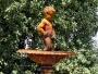 Det är enbart barn och statyer som skulle kunna få för sig att ställa sig i en vacker fontän och kissa. Originalet står tydligen enligt säkra källor i Bryssel och då är det ett ännu större barn som kastar vatten.
