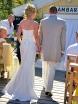 Brudparet kände sig för att visa upp respektive outfit så det blev en tur ut på catwalken. De snurrade runt och visade upp det senaste inom bröllopsmode och trender inom vävteknik. Oerhört läckra kreationer. Utsvängd klänning med sinnrika detaljer till damen och så en impulsiv och charmant smoking till herrn.