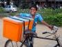 Denna roliga kille cyklade runt och försökte sälja allt mellan himmel och jord. Just här var det glass. Vi tyckte han skulle passa bättre som modell för tandkräm.