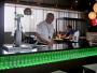 Finner en Heineken Lounge på Newarks ena pir och blir serverade av en förtjusande bartender som först undrar hur gammal undertecknad är. Varpå han meddelar att han minsann nått en fin ålder på 87 och inte brukar behöva visa legg.