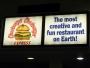 Vi stannar till på ett sorgligt mini-centrum som försöker stoltsera med en restaurang som kallar sig allt detta! Klart vi var tvungna att prova..   Det var de vidrigaste hamburgarna som människan skådat - utan diskussion. Så! Nu slipper ni andra prova.