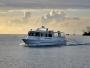 En fin båt tuffar runt i solnedgången